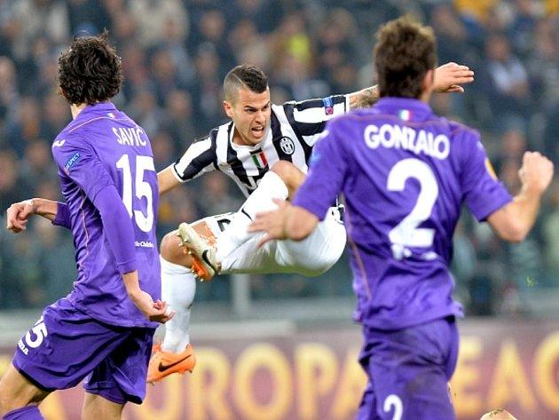 Sebastian Giovinco z Juventusu (uprostřed) se snaží prosadit proti Fiorentině.