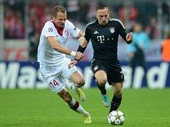 David Rozehnal z Lille (vlevo) a Franck Ribéry z Bayernu Mnichov.