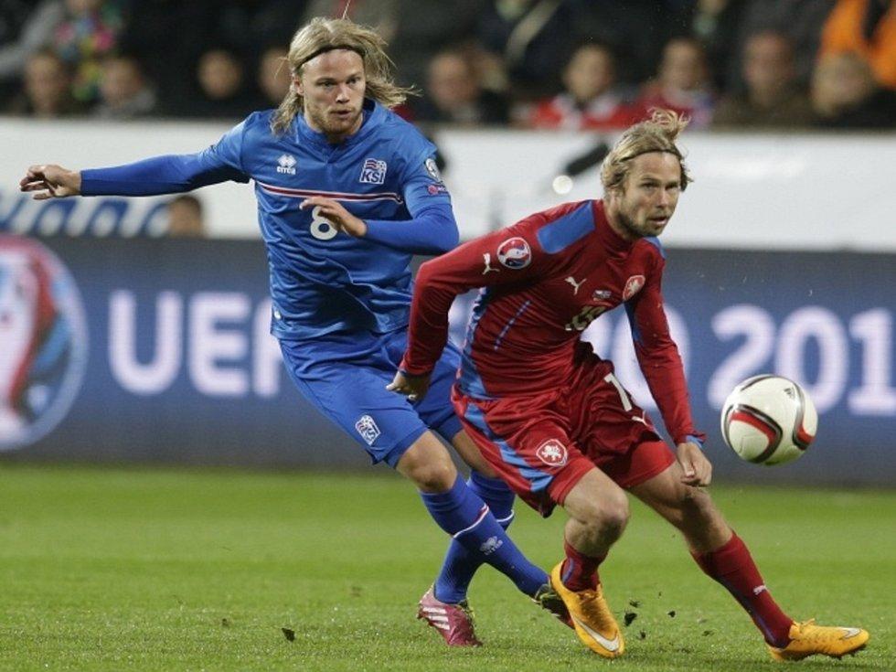 Jaroslav Plašil (vpravo) a Birkir Bjarnason z Islandu.