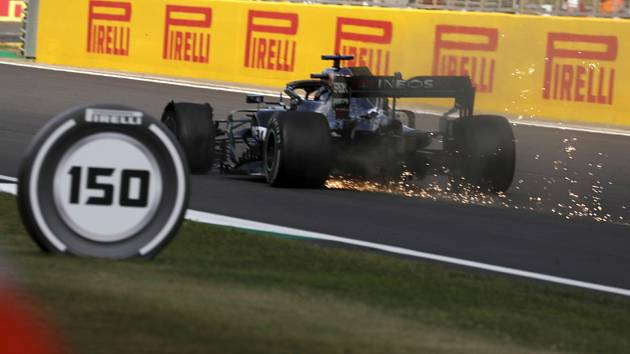 Lewis Hamilton z Mercedesu ve svém voze s prasklou přední pneumatikou v posledním kole Velké ceny Británie.