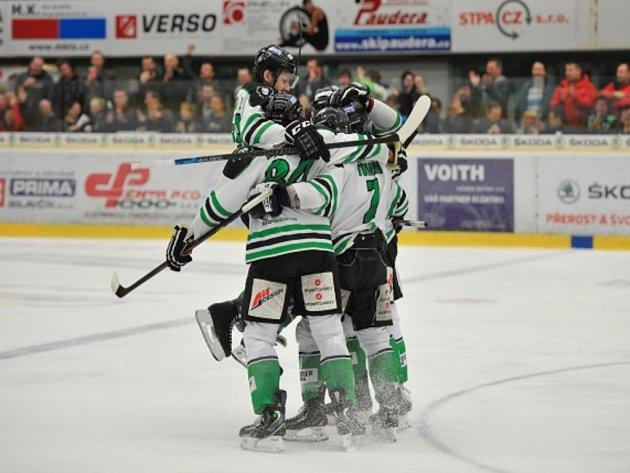 Hokejisté Mladé Boleslavi se radují z gólu proti Kladnu.