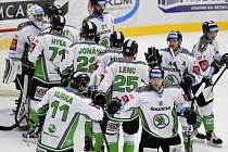 Hokejisté Mladé Boleslavi se radují z vítězství proti Pardubicím.
