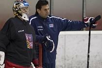 Brankář Jakub Kovář (vlevo) a Vladimír Růžička na tréninku hokejové reprezentace.