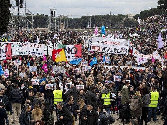 Demonstrace v ulicích Říma.