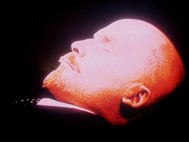 Na podstavci v mauzoleu na Rudém náměstí je jeho hlava nasvícena do růžova, pleť nenese nejmenší stopy po složitém preparování a zrzavý bíbr je jako od holiče.