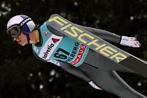 Favorizovaný Gregor Schlierenzauer si letí pro vítězství v závodu SP v Engelbergu.