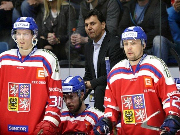 Trenér Vladimír Růžička (uprostřed) na střídačce českých hokejistů proti Finsku.