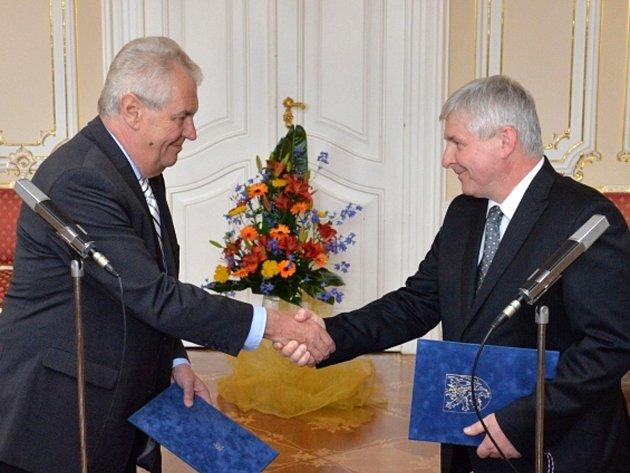 Prezident republiky Miloš Zeman přijal předsedu vlády Jiřího Rusnoka (vpravo), který podal do jeho rukou demisi vlády České republiky.