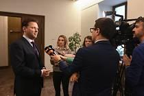 Předseda Radek Vondráček hovoří s novináři na schůzi Sněmovny, která pokračovala 11. března 2020 v Praze. Pokud by se ve Sněmovně vyskytla osoba infikovaná novým typem koronaviru, je podle něj poměrně vysoké riziko, že by se nákaza rozšířila. Vondráček na