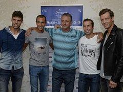 Český tým pro semifinále Davis Cupu proti Francii (zleva) Jiří Veselý, Lukáš Rosol, kapitán Jaroslav Navrátil, Radek Štěpánek a Tomáš Berdych.
