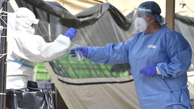 Zdravotnice ukládá do sáčku zkumavku se vzorkem k otestování na nemoc covid-19 14. srpna 2020 v areálu Fakultní nemocnice Brno