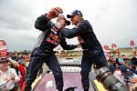 Carlos Sainz (vpravo) a Lucas Cruz se radují z vítězství na slavném Dakaru.