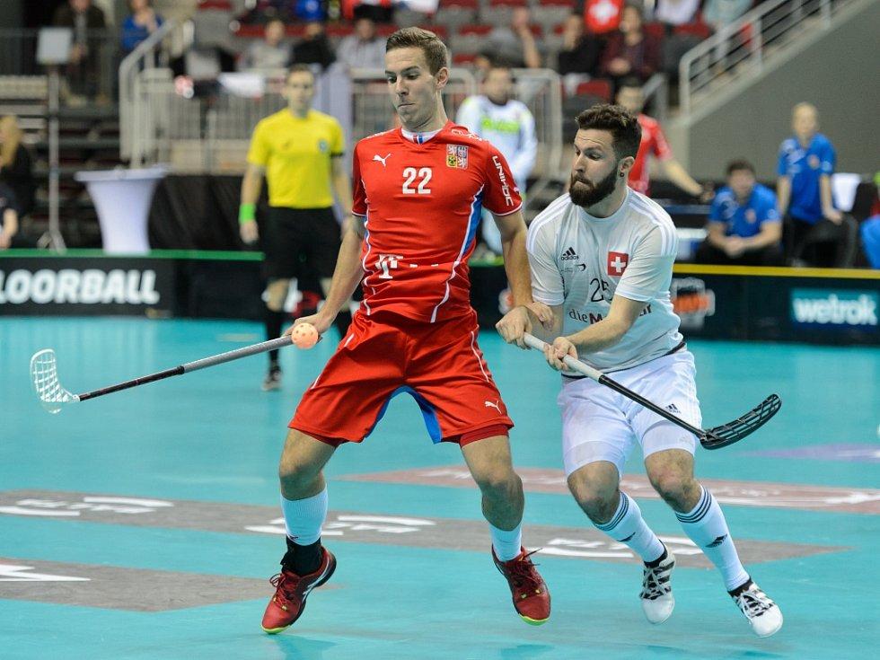 Čeští florbalisté (v červeném) v bitvě o bronz na MS proti Švýcarsku.