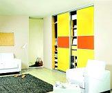 Interiér dokáží rozzářit i vestavěné skříně z lamina nebo z materiálů imitujících dřevo. Stačí si vybrat z pestré škály pastelových barev a podle libosti si je namixovat. A rázem máme útulnou pracovnu, ve které rozhodně neusneme.