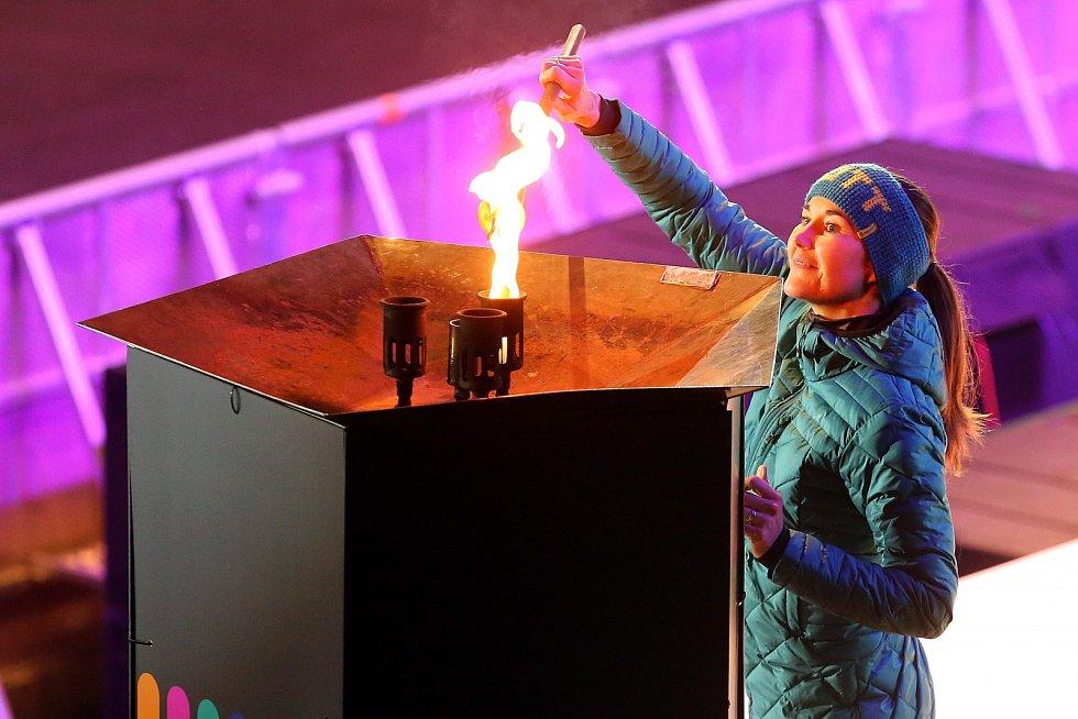 Šárka Strachová v karlovarské KV Aréně zapaluje olympijský oheň na lednové Olympiádě dětí a mládeže v Karlovarském kraji.