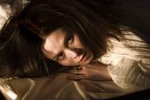 Hlavní roli v Jakubiskově filmu Bathory ztvárnila anglická herečka Anna Friel.