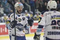 Hokejisté Komety David Ostřížek (vlevo) a Hynek Zohorna se radují z gólu proti Zlínu.