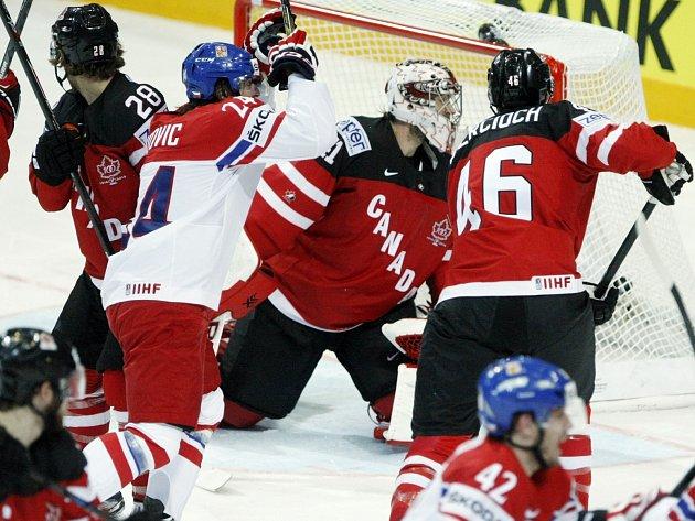 Moment  loňského duelu české reprezentace s výběrem Kanady na pražském Mistrovství světa.
