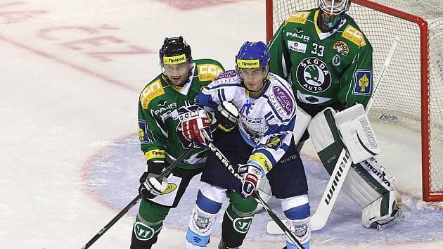 Gólman Boleslavi Marek Schwarz (vpravo) zasahuje v zápase s Kladnem.