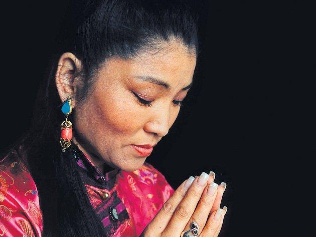 """KRÁLOVNA DUCHOVNÍ HUDBY. Tibetská exulantka Yungchen Lhamo (v překladu """"bohyně melodií a písní"""") vystoupí v Praze a Ostravě."""