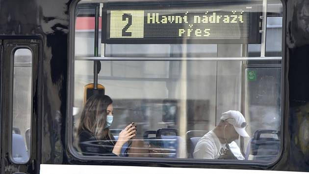 Cestující v tramvaji v Ostravě na snímku ze 17. července 2020, kdy začala v celém Moravskoslezském kraji kvůli přibývání případů nákazy koronavirem platit povinnost roušek v hromadné dopravě a vnitřních prostorách