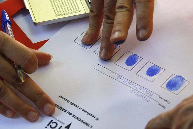 Ital symbolicky otiskuje své prsty na petici proti sbírání otisků dospělých Romů a jejich dětí.