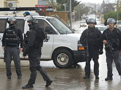 Izraelští vojáci dnes zastřelili dva Palestince při pokusu o útok na osazenstvo kontrolního stanoviště na Západním břehu Jordánu.