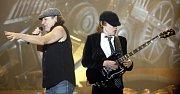 Zpěvák Brian Johnson (vlevo) a kytarista Angus Young z Australské legendární rockové skupiny AC/DC, která vystoupila po osmi letech 17. března 2009 před vyprodanou O2 arénou v Praze.