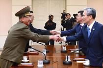 Vysocí představitelé Jižní Koreje a KLDR dnes v pohraniční vesnici Pchanmundžom v demilitarizované zóně mezi oběma znesvářenými státy opět začali jednat o řešení vyhrocené situace na poloostrově.