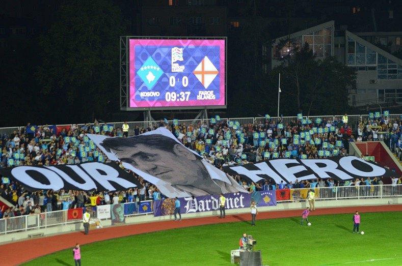 Pocta kosovských fanoušků nedávno zesnulému prezidentu Kosovské fotbalové federace Fadilu Vokrrimu.