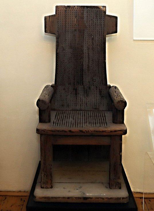 V zámku ve Velkých Losinách je k vidění křeslo pobité hřeby.