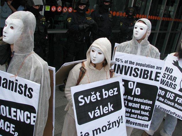 Demonstranti z řad Nenásilí před Kongresovým centrem