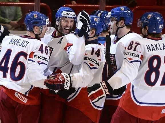 Čeští hokejisté oslavují gól Petra Nedvěda do italské sítě.