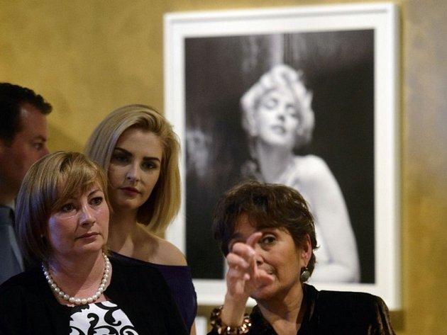 Manželka prezidenta Ivana Zemanová s dcerou Kateřinou si prohlížejí výstavu Marilyn, která byla zahájena 29. května v Jízdárně Pražského hradu.