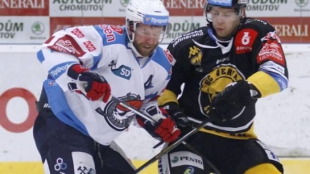 Chomutovský Ivan Huml (v bílém) při derby proti Litvínovu.
