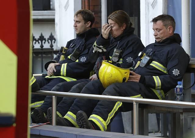 U požáru výškové budovy v Londýně zasahovalo přes 200 hasičů.