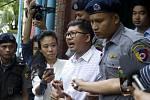 Policie v Myanmaru předvádí zadržené novináře