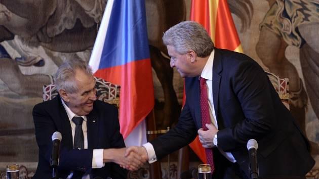 Prezident Miloš Zeman (vlevo) a jeho makedonský protějšek Ďorge Ivanov.
