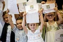 Ministr školství Stanislav Štech navštívil 30. června ZŠ T. G. Masaryka v Podbořanech, aby předal vysvědčení prvňáčkům a deváťákům.