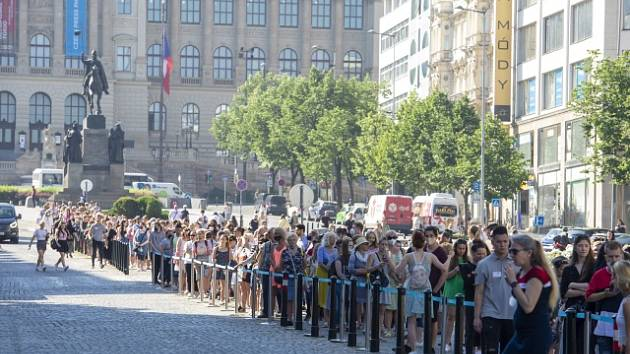 Primark v Praze otevřel. Už od rána se tvořila na Václavském náměstí fronta.