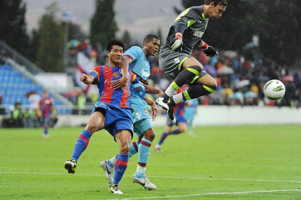 Brankář Marek Štěch v zápase West Hamu proti Basileji.