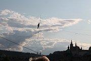 Provazochodkyně Tatiana-Mosio Bongongaová z francouzského souboru Cie Basinga přechází bez jištění po laně nad Vltavou.