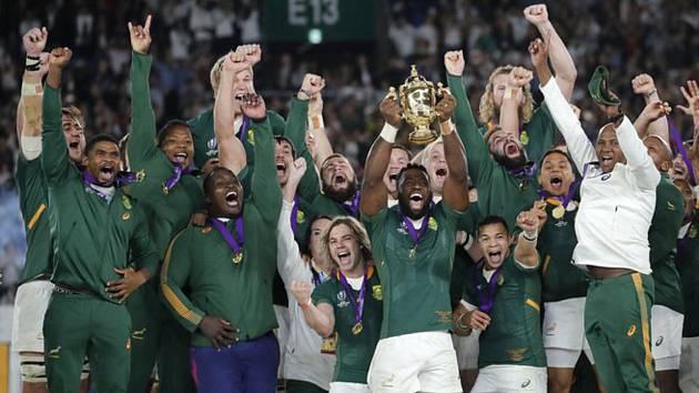 Ragbisté Jihoafrické republiky s pohárem pro vítěze MS po výhře nad Anglií ve finále v Jokohamě.