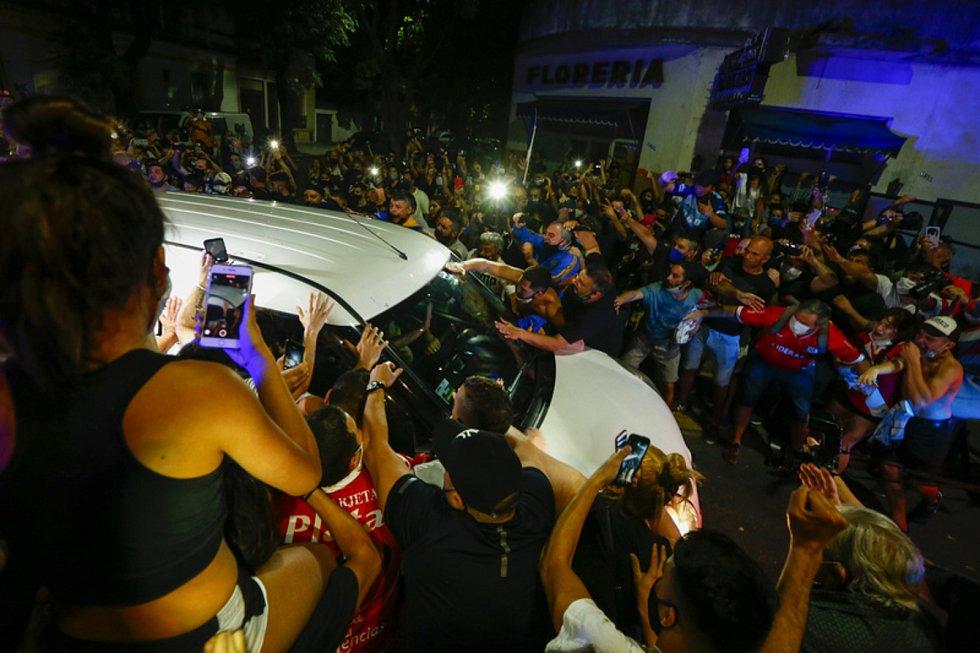 Fanoušci obklopili pohřební vůz, který přiváží rakev s ostatky fotbalové legendy Diega Maradony do prezidentského paláce v Buenos Aires