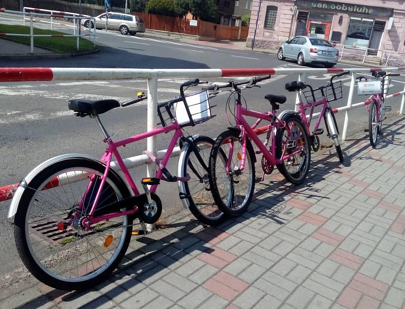 Rekola zaparkovaná u Obecního úřadu Proboštov.