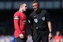 Wayne Rooney a diskuse s rozhodčím