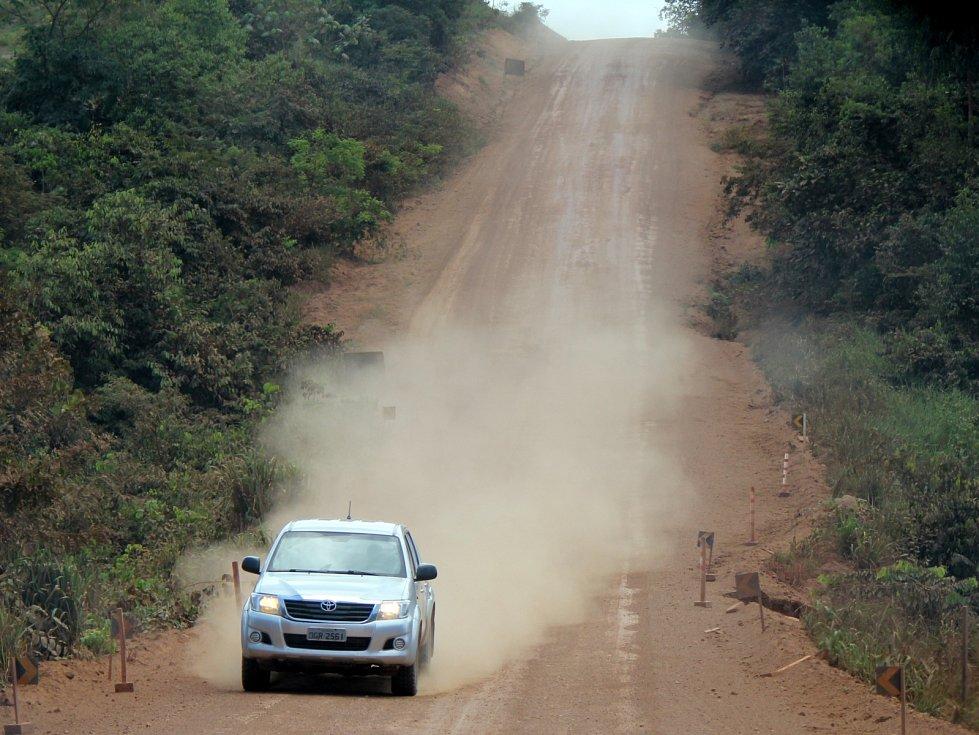 Nezpevněná část transamazonské dálnice v deštném pralese v brazilské Amazonii