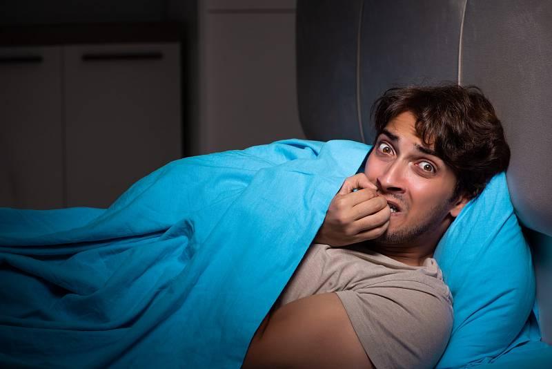Noční můry se objevují zejména během snové REM fáze spánku, která je charakteristická rychlými pohyby očí i lehčím spánkem. Po probuzení si sen jasně pamatujeme.