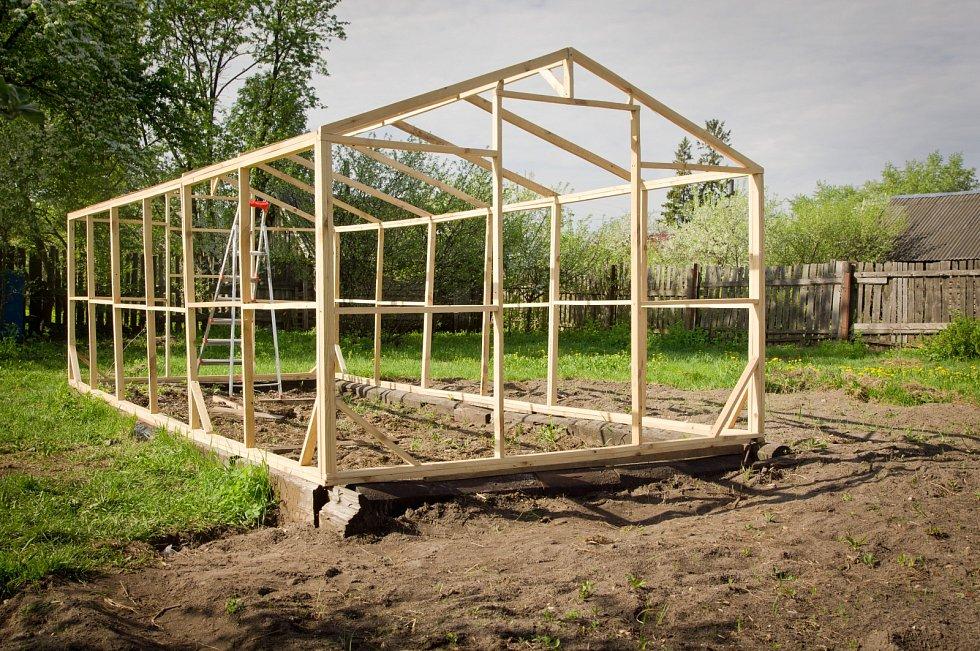 onstrukce skleníků má být pevná, lehká, s malými průřezy materiálu, aby stěny propouštěly maximum přirozeného světla.
