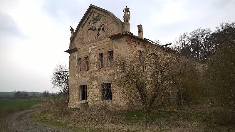 Vladimírov ještě bez střechy před rekonstrukcí v roce 2016